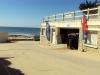 La plage du kérou, avec ses vagues, est idéale pour le surf